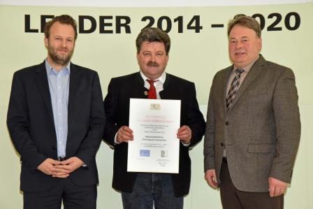 v.l.: Christian Fechter, LAG-Manager, Bürgermeister Sepp Reithmeier, LAG-Vorsitzender, Staatsminister Helmut Brunner